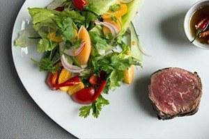 Тайский салат стёплой говядиной шеф-повара Мортена Нельсена