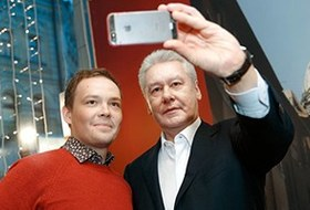 Селфи вкулуарах: Автопортреты российских политиков
