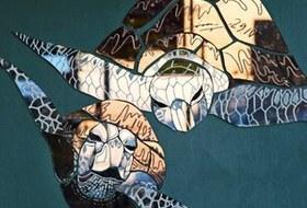Кто украшает Москву зеркальными рыбами