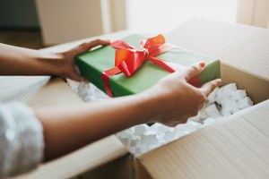 Вам подарок: Скидки наавиабилеты, продукты, косметику идругие бонусы в день рождения