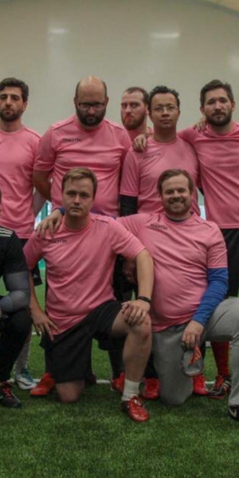 Футбольная команда нашего корреспондента «Кривоногие журналисты» собирает донаты «Ночлежке» и«РакФонду»