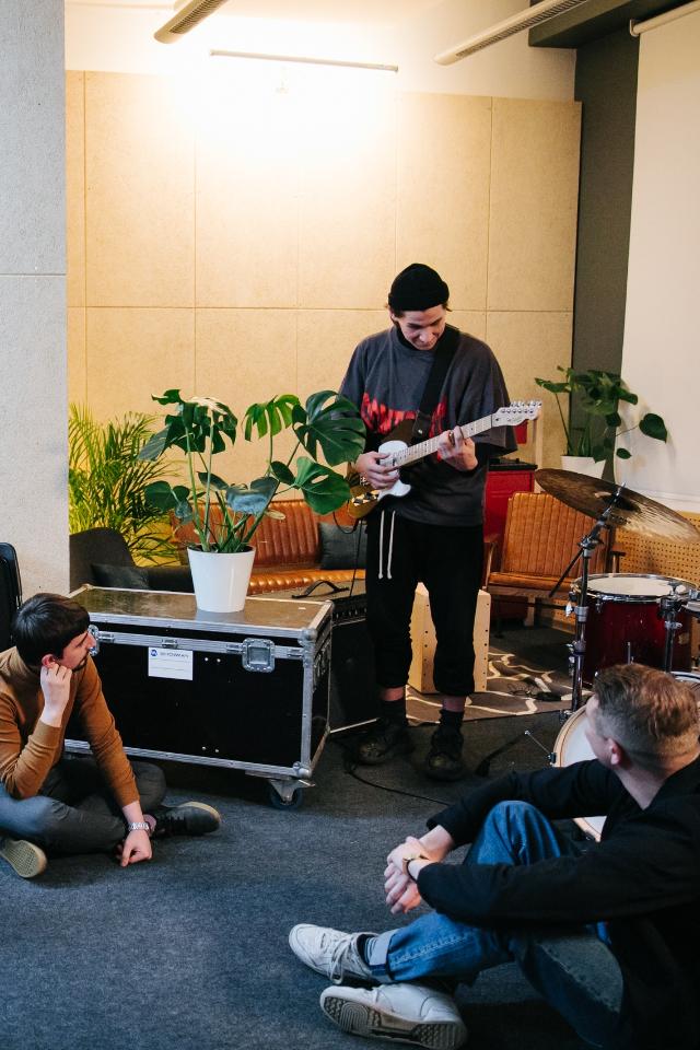 Марка Levi's запустила бесплатную онлайн-школу для тех, кто хочет писать музыку