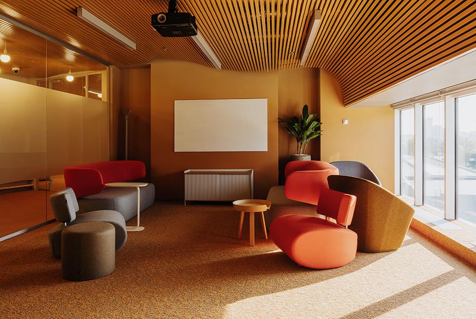 Как выглядит офис Райффайзенбанка, рассчитанный наинтровертов исоциальную дистанцию