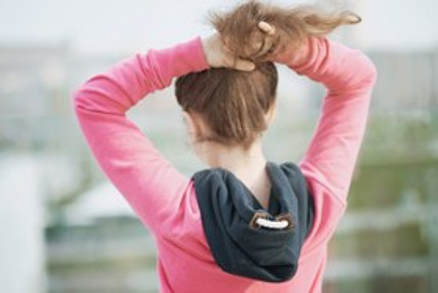 Убирать длинные волосы вхвост втесных помещениях итранспорте