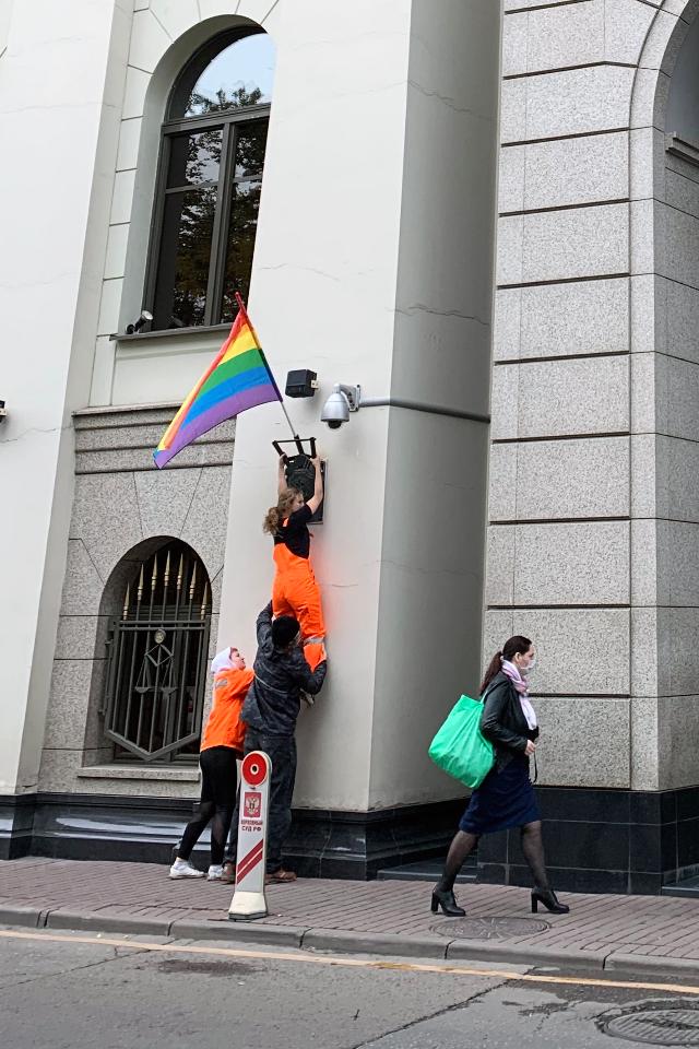 За акцию Pussy Riot срадужными флагами сегодня задержали уже трех человек. Среди них— мундеп Люся Штейн