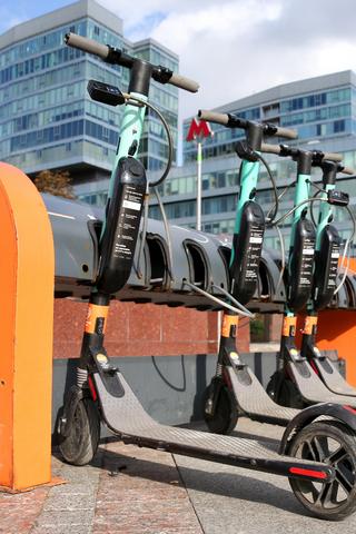 Отрегулировать правила передвижения на электросамокатах впарках. Например, запретить разгоняться там свыше15км/ч