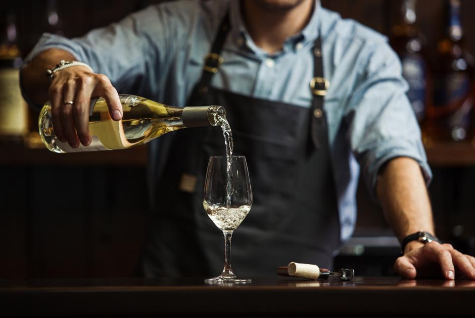 «Захожу в бар, атам петнат»: Какзаказывать вино иговорить ссомелье