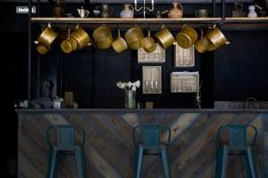 Бар Pro Vino: Голубое вино и рояль на стене в особняке на Пушкина (закрыто)
